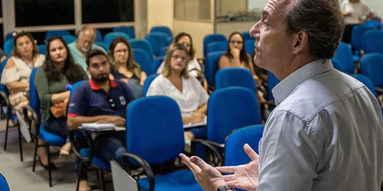Prefeito de Macaé, Aluízio Santos Júnior, durante palestra para profissionas de escolas partuculares sobre Coronavírus,  no auditório da Cidade Universitária. Macaé/RJ. Data: 11/03/2020. Foto: Rui Porto Filho