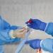 Um profissional de saúde realiza um teste finalizado em um local de testes de coronavírus fora dos Serviços Comunitários de Saúde Internacionais no Distrito Internacional de Chinatown durante o surto de doença por coronavírus (COVID-19) em Seattle, Washington, EUA, em 26 de março de 2020. REUTERS / Lindsey Wasson